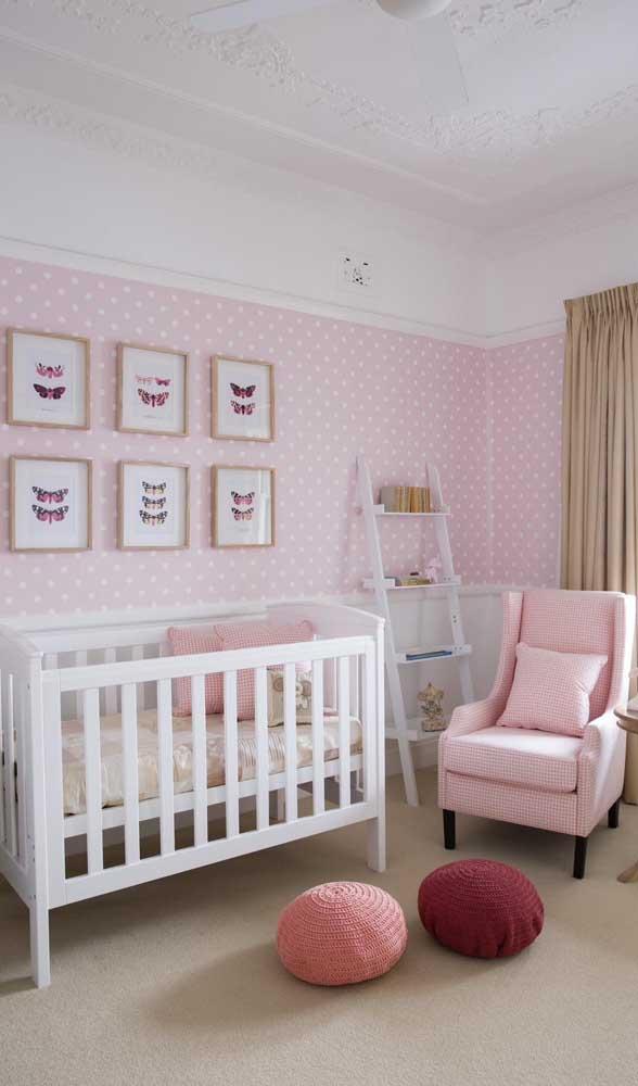 Invista em uma poltrona de amamentação rosa para combinar com a decoração do quarto.