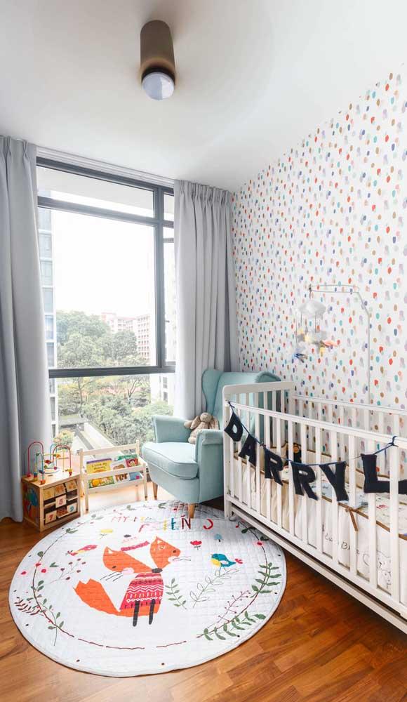 Uma poltrona de amamentação azul para combinar com o quarto do baby.