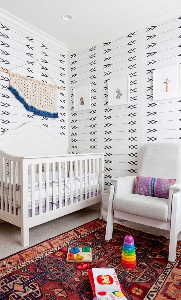 Coloque brinquedos próximos da poltrona de amamentação para fazer atividades com o bebê.