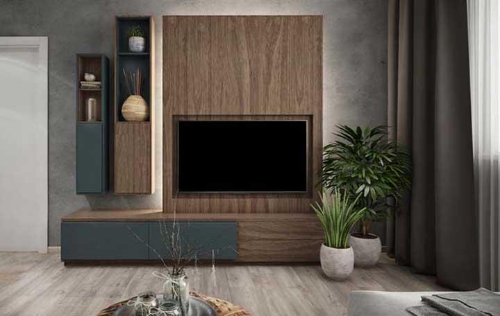 Olha que bela decoração com móveis de madeira.