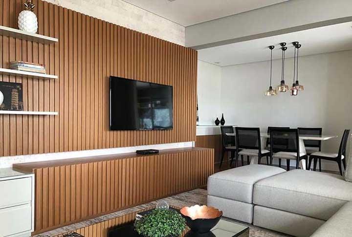 Uma parede mais clara e um rack branco também ajudam a deixar o ambiente mais clean.
