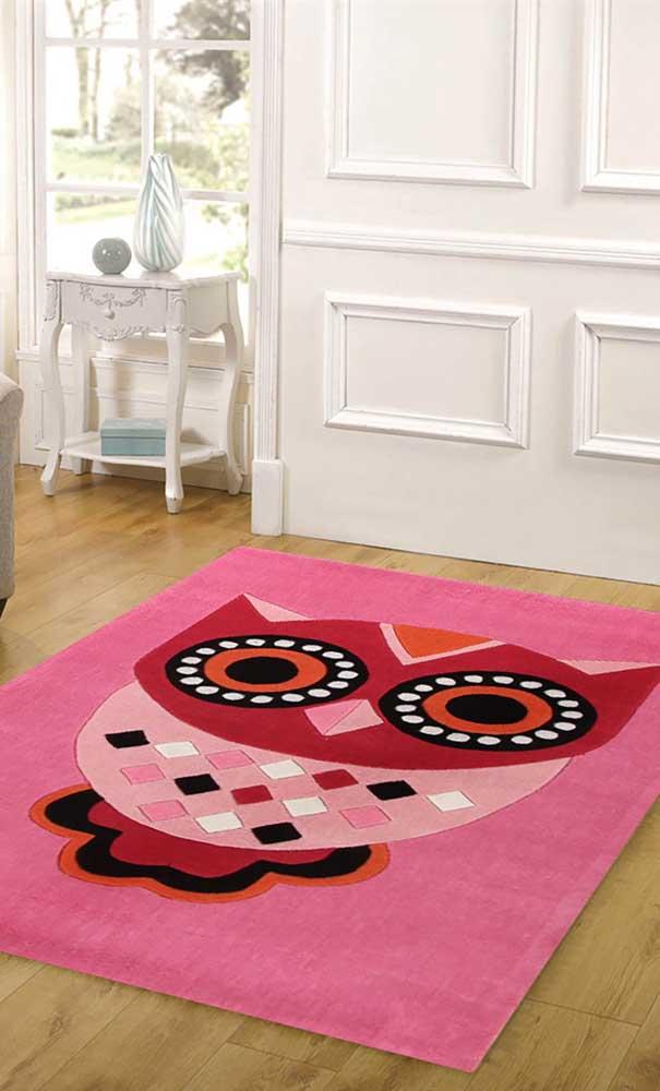 Para deixar o ambiente mais feminino, escolha o tapete de coruja nas cores rosa e vermelho.