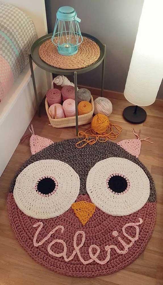 Que tal fazer um tapete de coruja de crochê e personalizar com o nome da criança?
