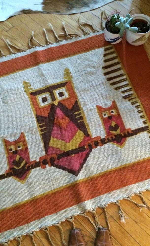 Você pode usar diferentes tipos de materiais para fazer o tapete de coruja.
