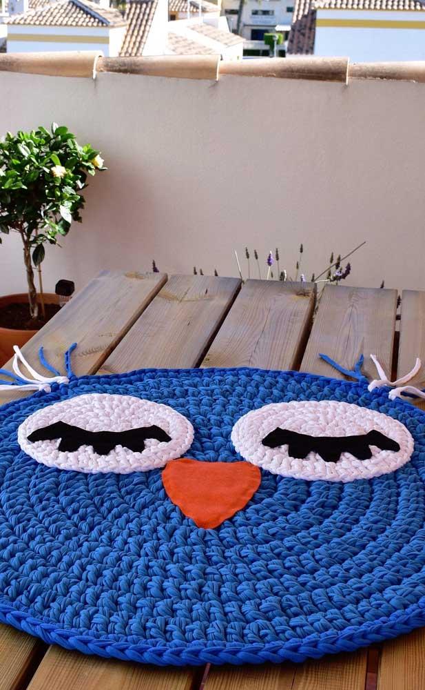 É possível colocar um tapete de coruja em cima da mesa.