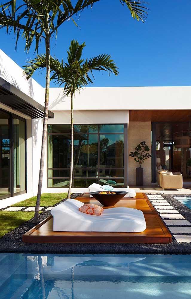 Quando você pensa em palmeira, logo lembra de praia e ilhas. Por isso, pode ser uma ótima opção para decorar a área da piscina.