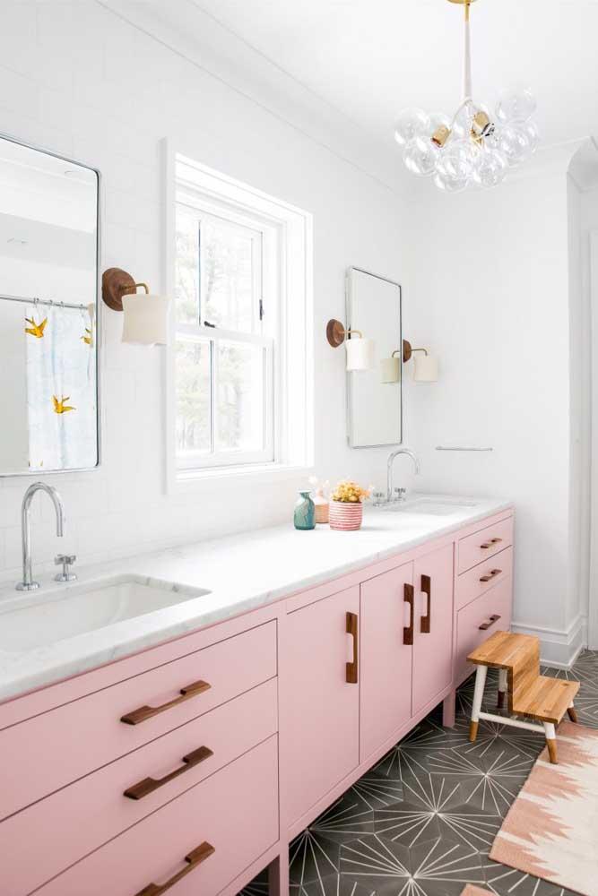 A cor rosa ainda é considerada uma cor feminina e que você pode usar no seu banheiro.
