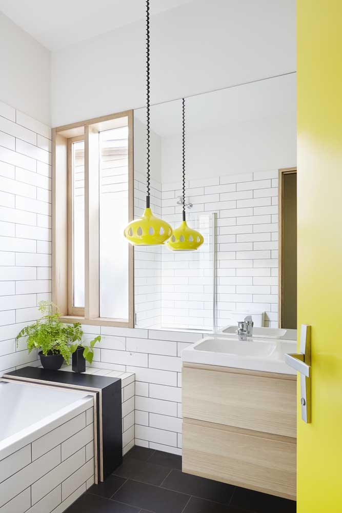 Tons mais fortes como amarelo e preto são perfeitos para deixar o banheiro mais moderno.