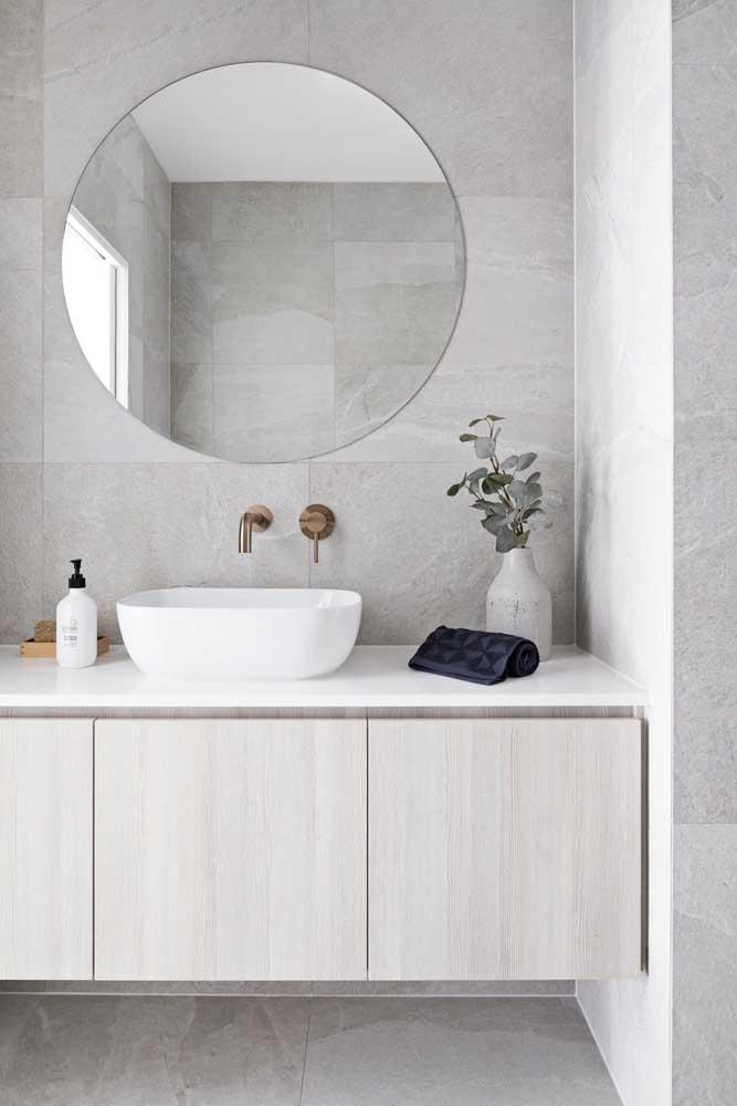 A cor cinza deixa o banheiro feminino mais elegante e sofisticado.