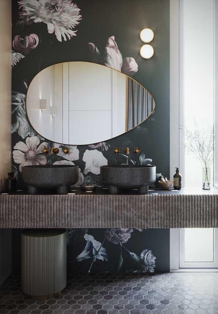 As flores podem estar presentes na escolha do papel de parede do banheiro feminino.