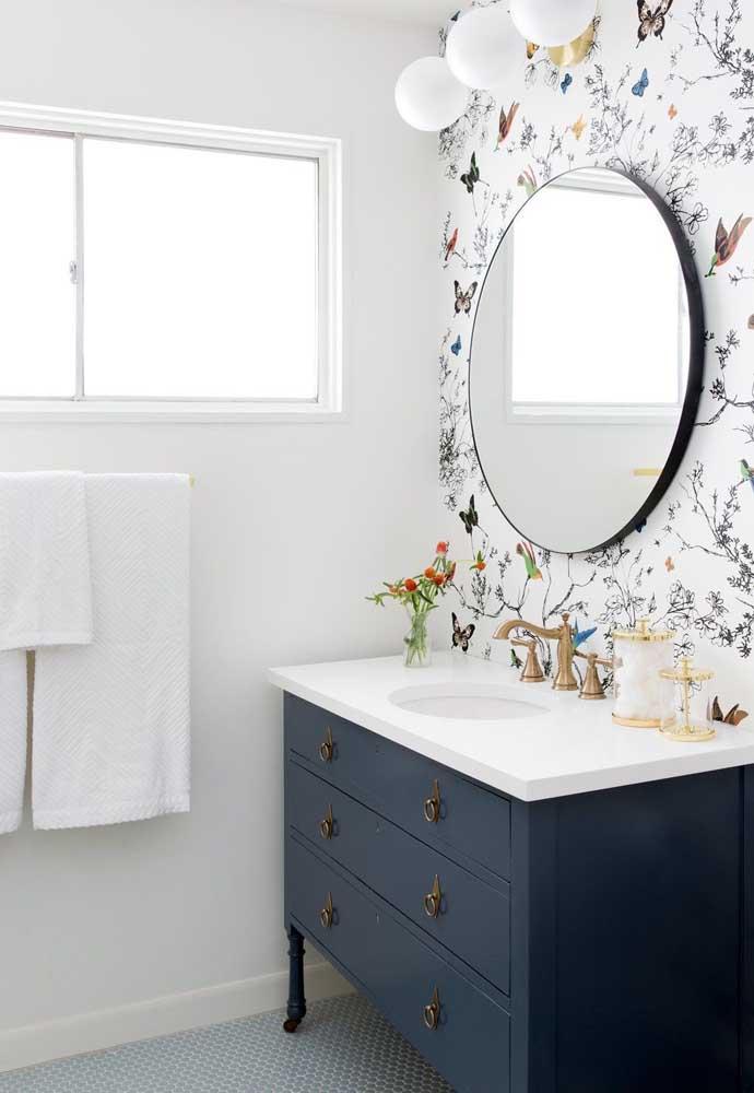 Olha como o papel de parede faz uma diferença enorme na decoração.