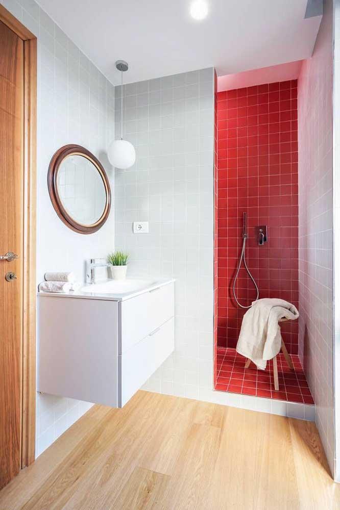 Se não quer o banheiro totalmente vermelho, você pode combinar com outros tons mais claros.