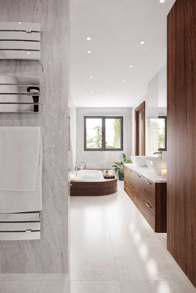 Que tal apostar em um banheiro enorme como esse para relaxar e ficar à vontade?