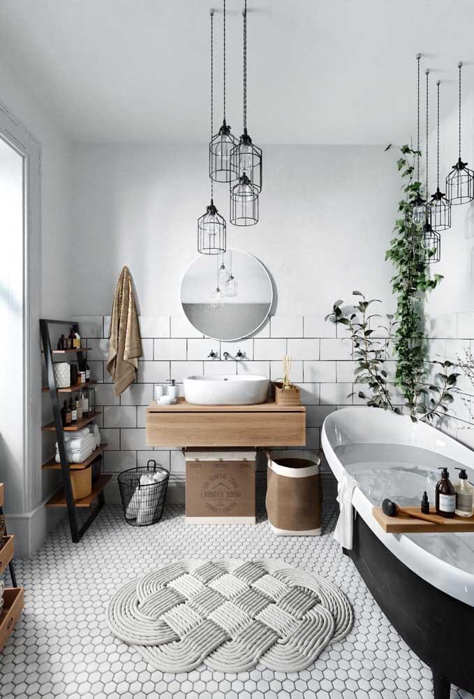Aposte na mistura de elementos para deixar o banheiro feminino moderno.