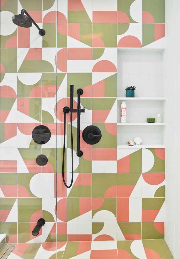 Uma boa ideia é apostar nos acessórios do banheiro na cor preta para destacar o ambiente.