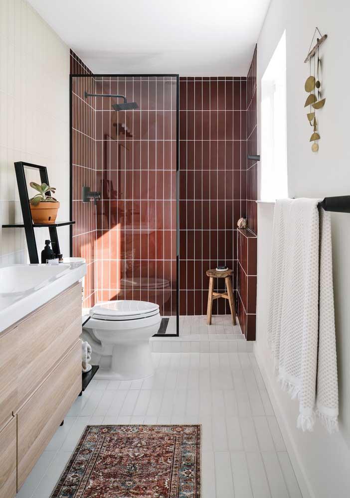 Veja como você pode diferenciar duas áreas dentro do mesmo banheiro.