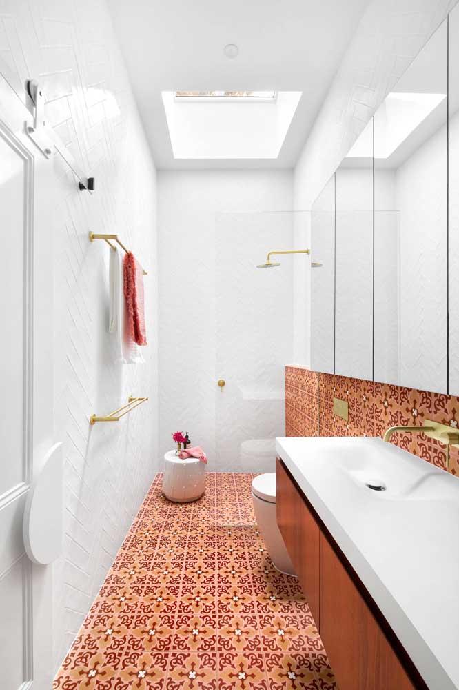 Olha que revestimento mais romântico para colocar no banheiro feminino se você não abre mão de ter um ambiente mais delicado.