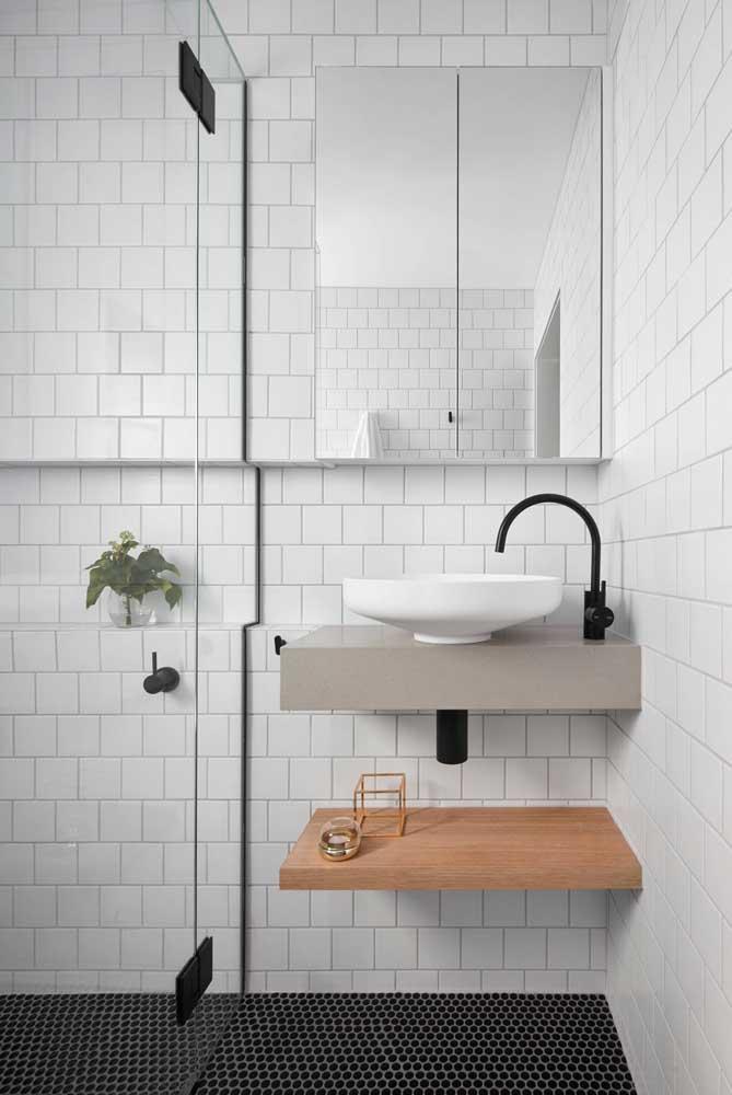 Principalmente, quando o banheiro feminino é pequeno. Nesse caso, é melhor não acrescentar tantos elementos decorativos.