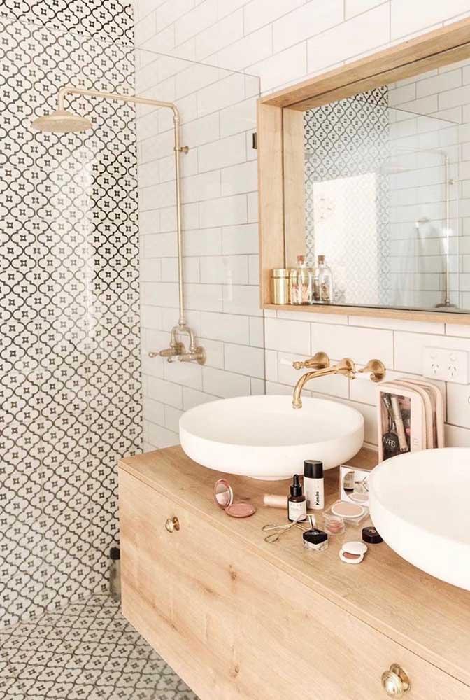 Móveis de madeira dão um toque todo especial na decoração do banheiro feminino.
