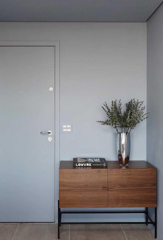 Até com móveis nos tons de madeira é possível fazer uma linda combinação.