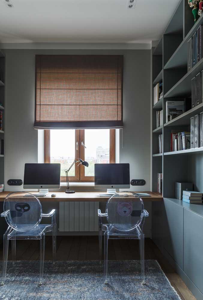 A estante cinza dá um toque de seriedade ao escritório.