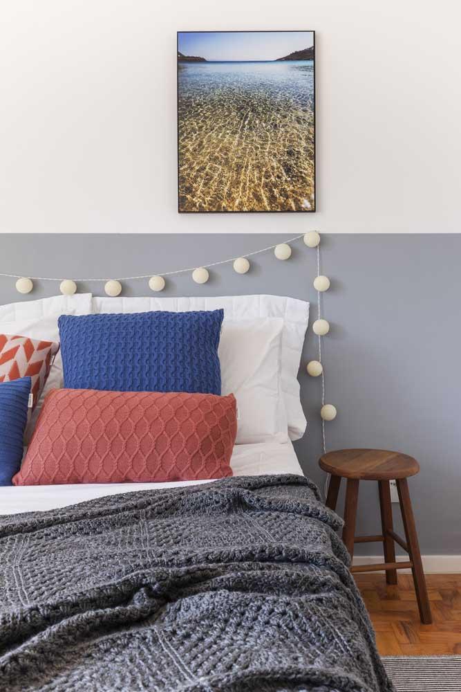 A parede do quarto pode ser pintada em duas cores.
