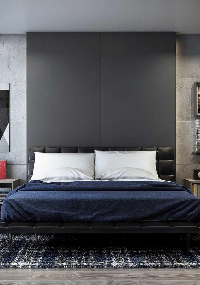 Veja como a parede destaca a cama do quarto de casal.