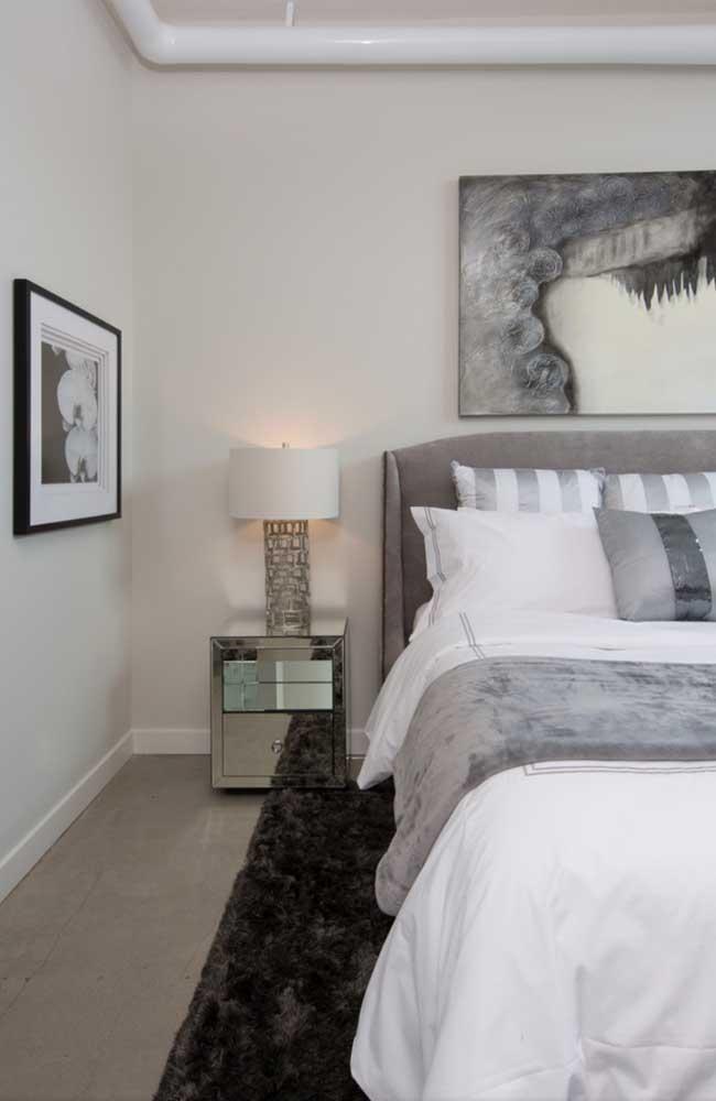 Veja que tapete cinza mais luxuoso para decorar o seu quarto.