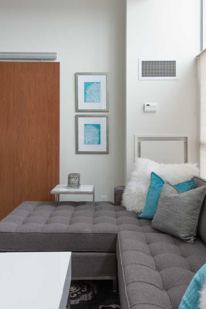 Escolha um sofá cinza e aposte nos objetos decorativos na cor azul.