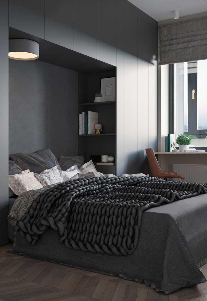 A cor cinza deixa o quarto com a sensação de relaxamento e descanso.