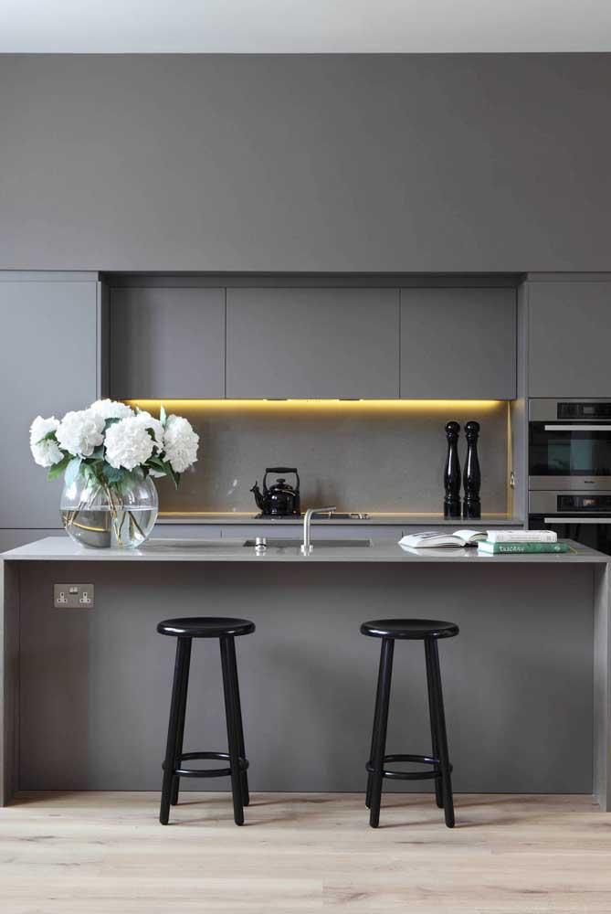 Olha o charme dessa cozinha cinza e preta.