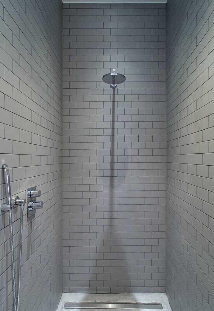 Um banheiro clean e sofisticado.