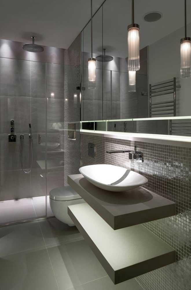 Vidro, espelho e tons de cinza claro deixam qualquer ambiente mais sofisticado.