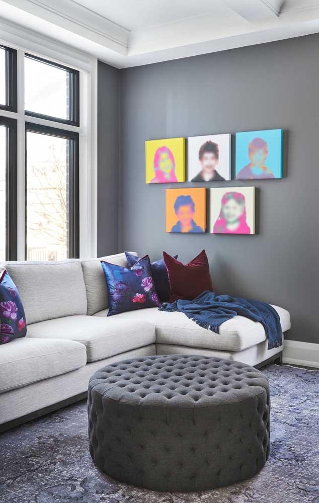 Aposte em objetos coloridos para colocar na parede cinza.