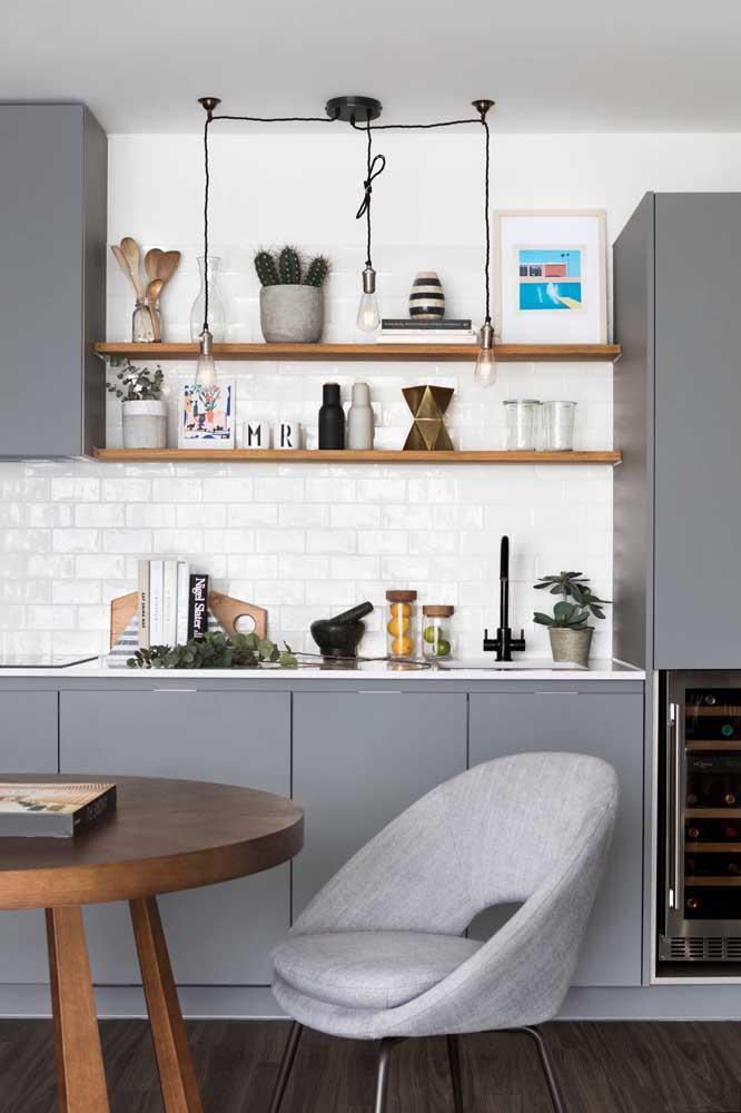 Que tal escolher armários na cor cinza para a sua cozinha?