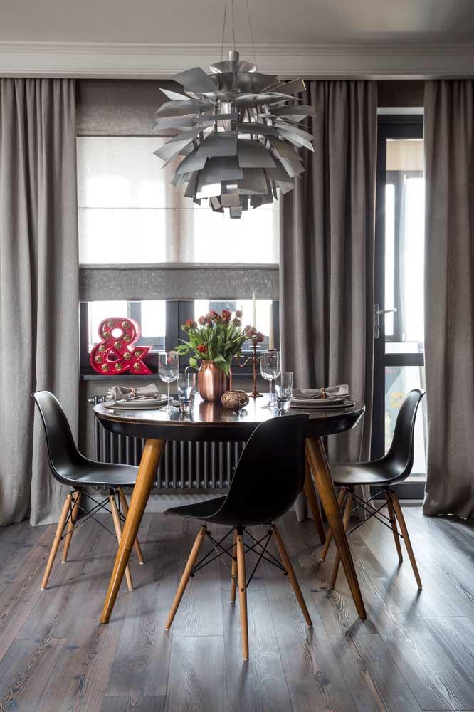 Para combinar com o restante da decoração, escolha uma cortina cinza.