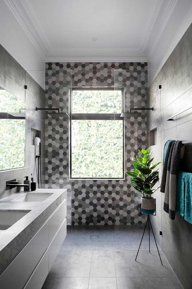 No banheiro aposte no revestimento com a cor cinza.