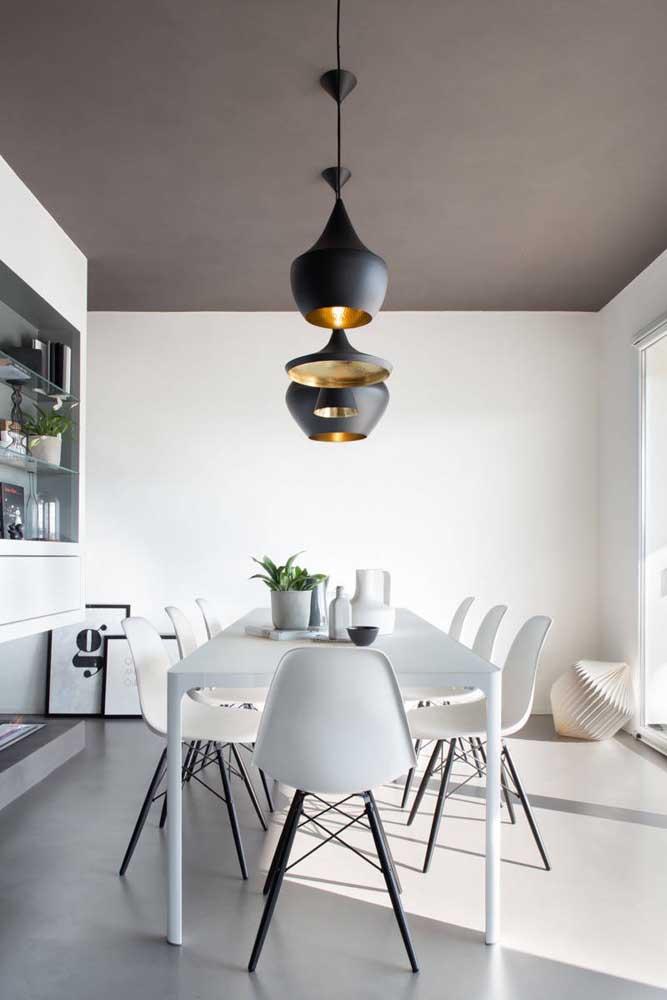 O piso cinza pode ser uma ótima opção para a decoração branca.
