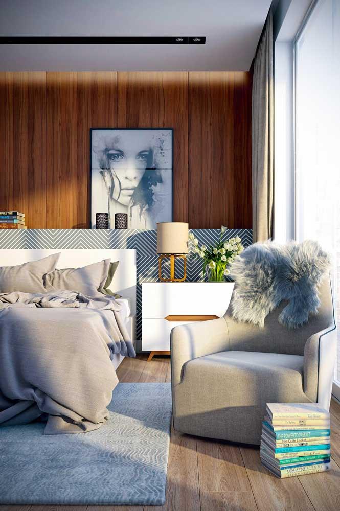 Para deixar o quarto mais confortável escolha uma poltrona cinza.