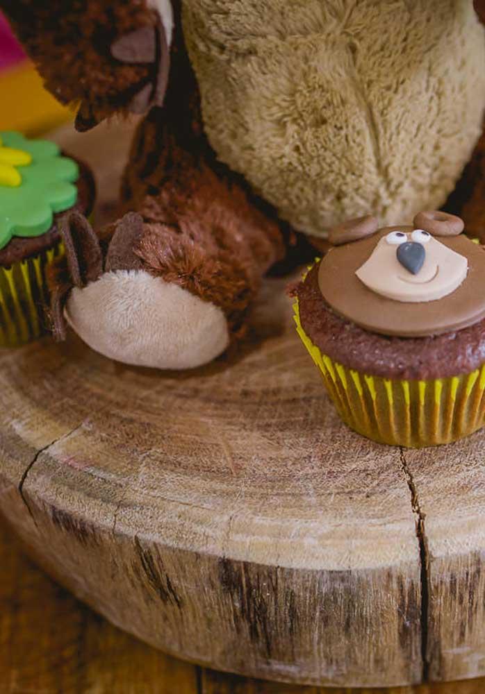 Uma boa ideia é personalizar o cupcake Masha e o Urso com a carinha do Urso, ainda mais se o sabor for chocolate.