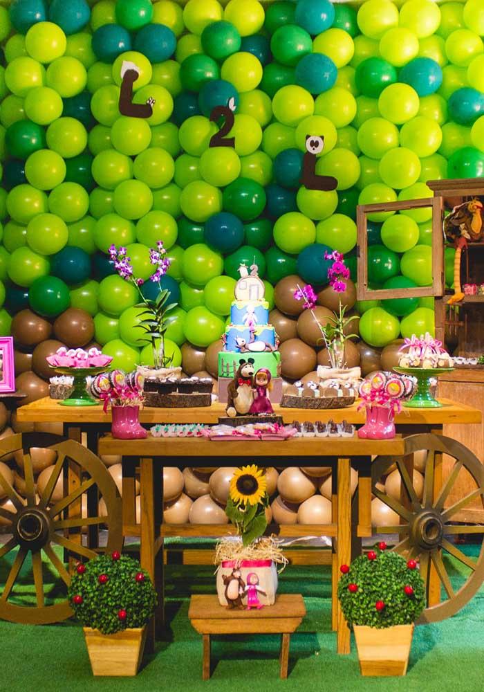 Você pode fazer uma decoração mais rústica na festa Masha e o Urso, usando móveis e elementos de madeira.