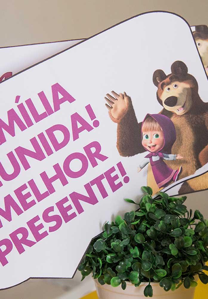 O que acha de fazer algumas plaquinhas personalizadas para servir como centro de mesa Masha e o Urso?