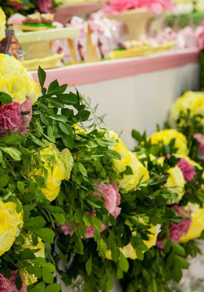 Flores sempre são bem-vindas em qualquer decoração de aniversário.