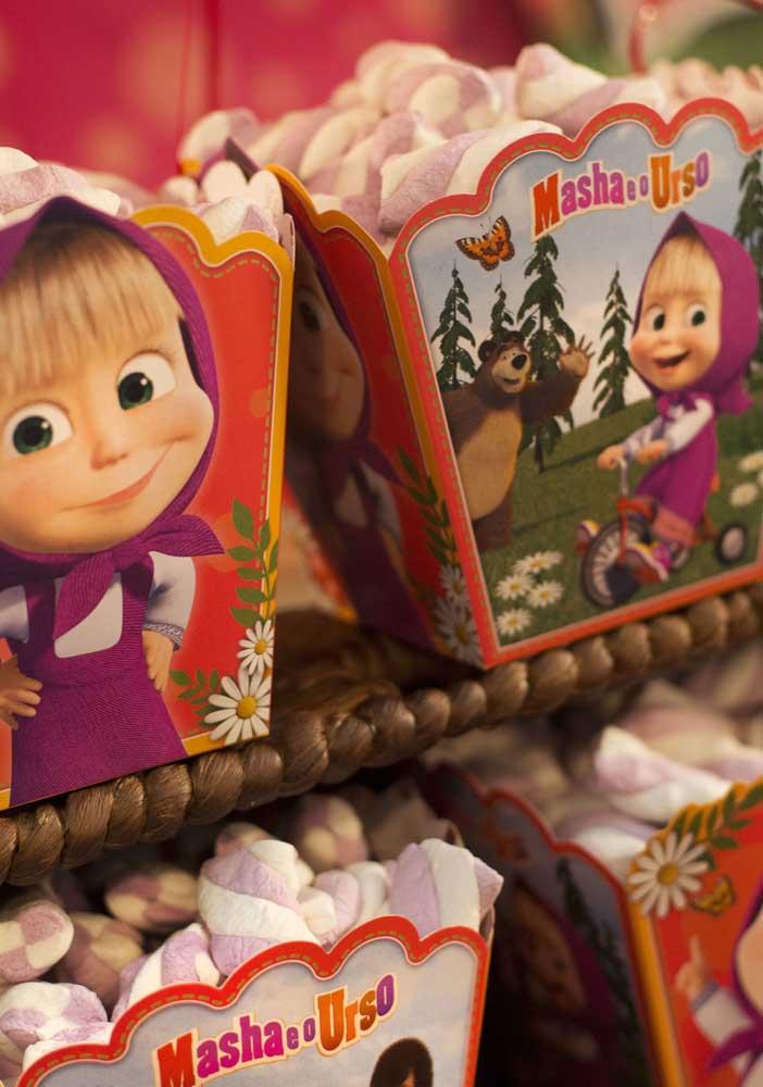 Compre algumas caixinhas personalizadas com o tema Masha e o Urso para colocar as guloseimas da festa.