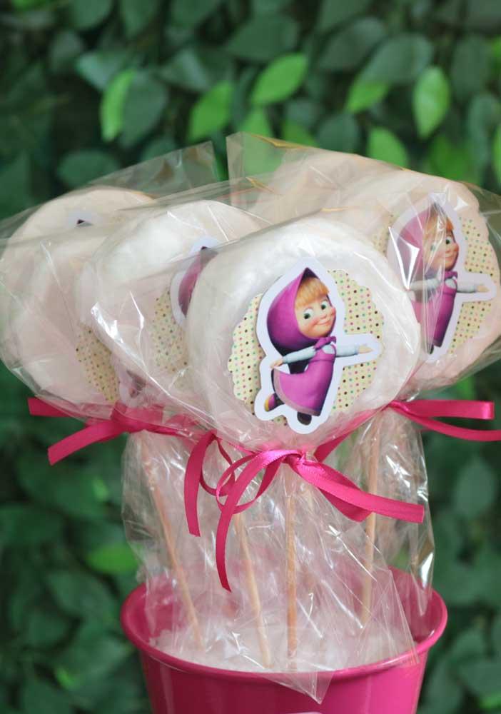 Guloseimas servidas no palito são perfeitas para aniversários infantis.