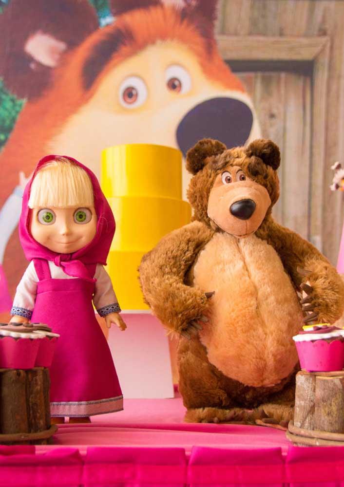 A Masha e o Urso são os personagens principais do desenho animado, então abuse dos bonecos deles na decoração.