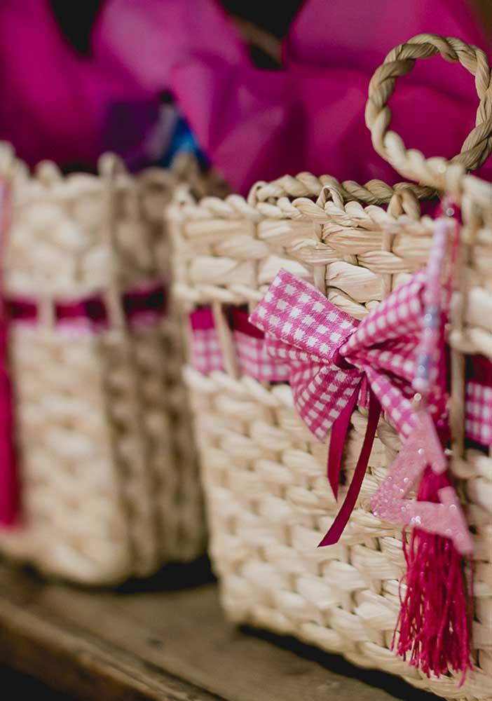 Cestinha de palha é uma ótima opção para usar na decoração da festa Masha e o Urso.