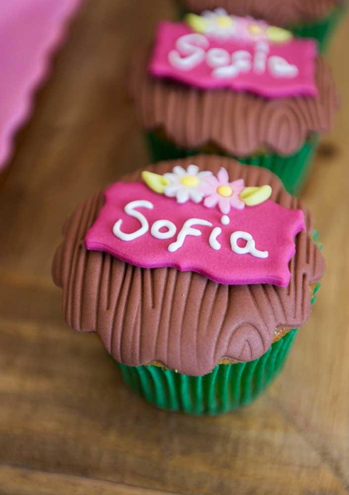 No topo do cupcake dá para personalizar com o tema Masha e o Urso.