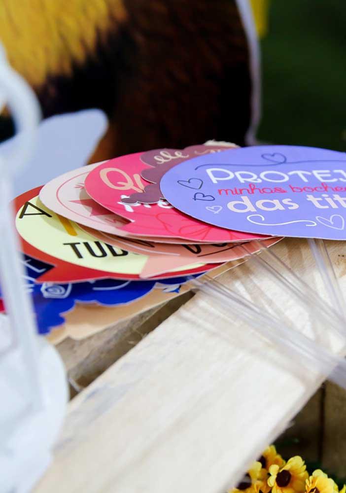 Para deixar a festa animada, distribua plaquinhas com frases animadas para as crianças se divertirem.