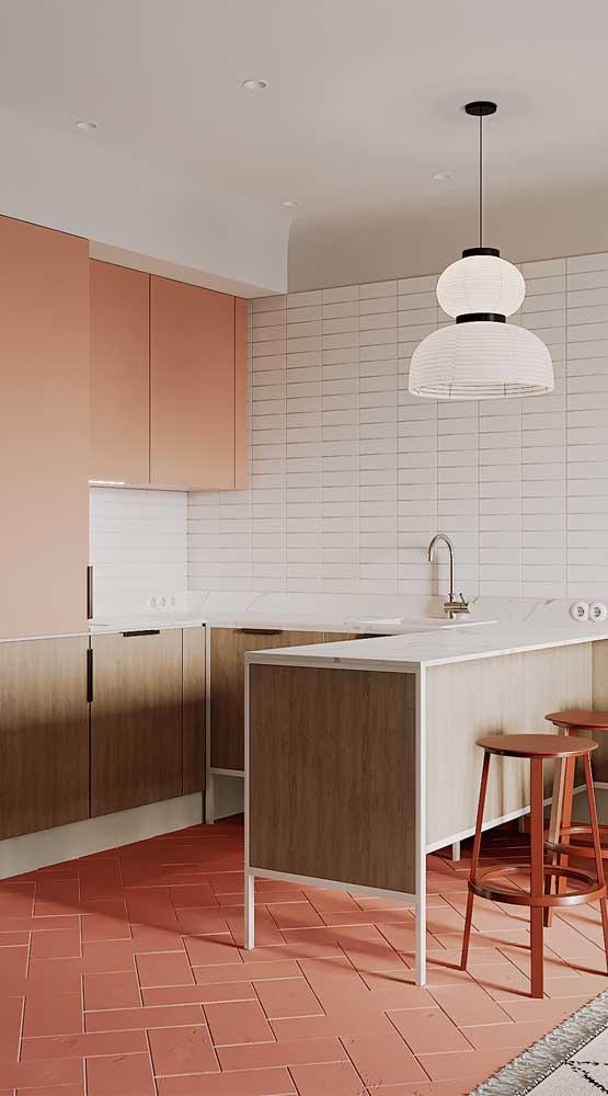 Você pode investir em um design diferenciado para a luminária de teto para cozinha.